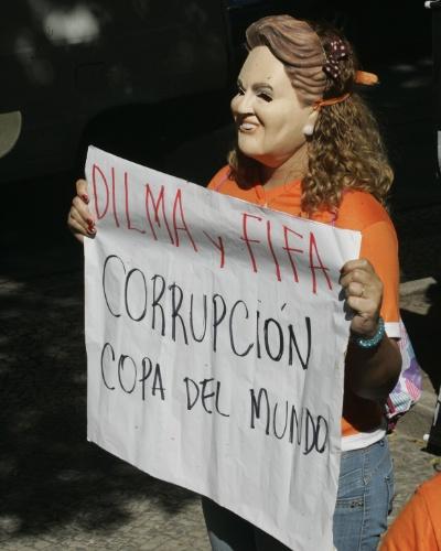 Cartazes nos protestos contra a Copa abordam da corrupção