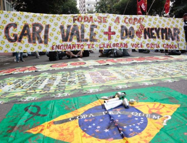 12.jun.2014 - Faixa em protesto contra a Copa lembra greve de garis no Rio de Janeiro. Uma greve dos profissionais realizada em março se saiu vitoriosa com a consquista do reajuste salarial pleiteado pela categoria