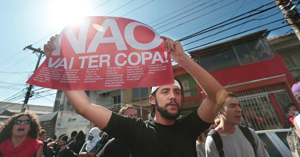 12.jun.2014 - Manifestante participa de protesto contra a Copa, nesta quinta-feira (12), próximo da estação Carrão do metrô. Grupo faz protestos por direitos sociais e em defesa dos trabalhadores demitidos do metrô