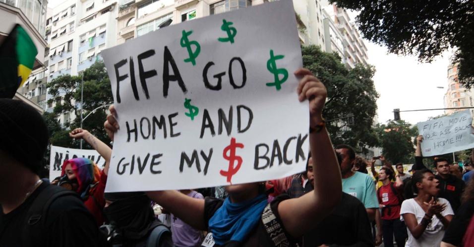 12.jun.2014 - Manifestantes pedem saída da Fifa do país em protesto no Rio de Janeiro no dia da abertura do mundial de futebol. As obras para o evento tiveram valor que ultrapassou R$ 25 bilhões