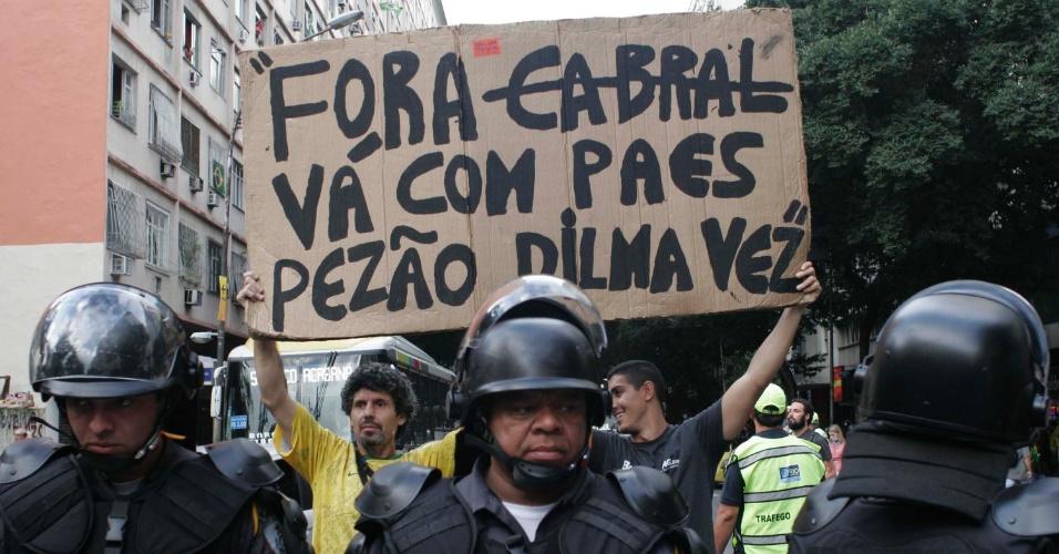 12.jun.2014 - Manifestantes pedem saída de políticos durante protesto no Rio de Janeiro, nesta quinta-feira (12), dia da abertura da Copa do Mundo