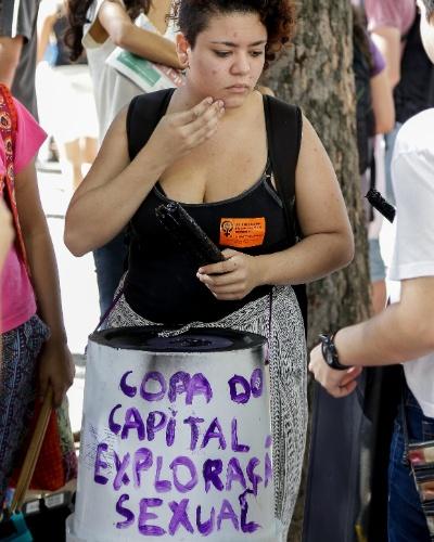 12.jun.2014 - Manifestantes se reúnem nesta quinta-feira (12), na Candelária, no centro do Rio de Janeiro. O protesto contra o evento é realizado horas antes da cerimônia de abertura da Copa, que será realizada em São Paulo