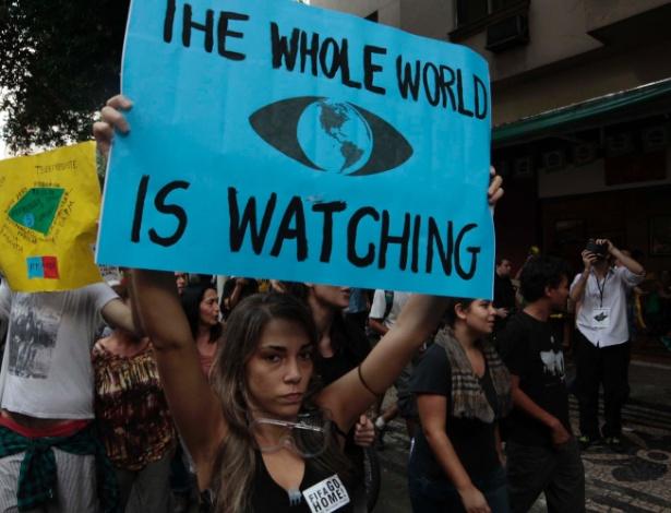 """12.jun.2014 - """"O mundo todo está observando"""", diz cartaz de manifestante em protesto no Rio de Janeiro contra a Copa do Mundo"""