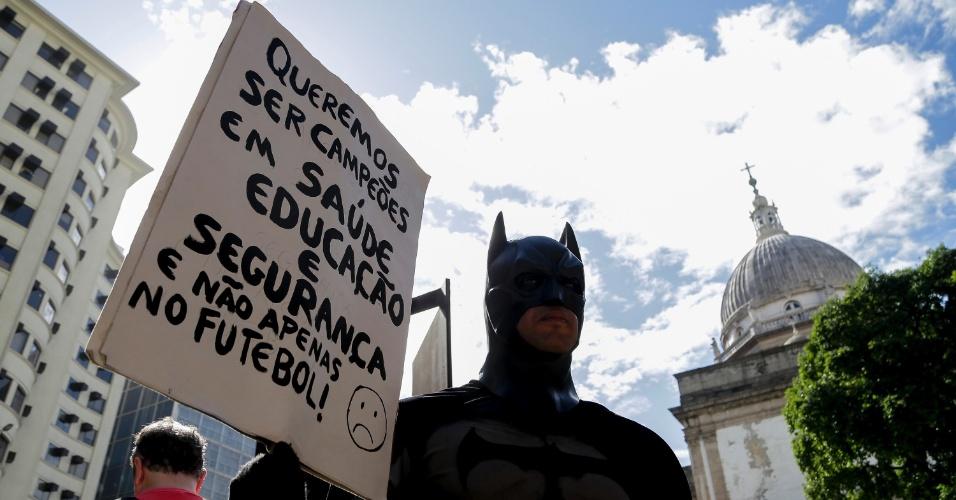 12.jun.2014 - Vestido de Batman, manifestante participa de protesto contra Copa nesta quinta-feira (12), na Candelária, no centro do Rio de Janeiro. O protesto é realizado horas antes da cerimônia de abertura da Copa, que será realizada em São Paulo