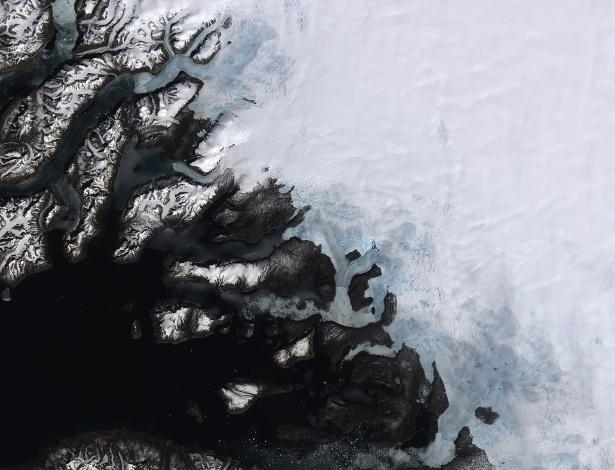 Imagem de satélite mostra derretimento da camada de gelo na Groenlândia