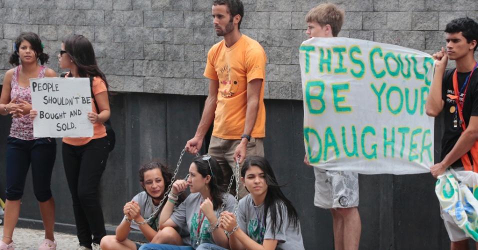 13.jun.2014 - Manifestantes se reúnem em frente ao hotel onde estão hospedadas a seleção e a comissão técnica da Costa do Marfim para protestar contra a prostituição e o tráfico de pessoas