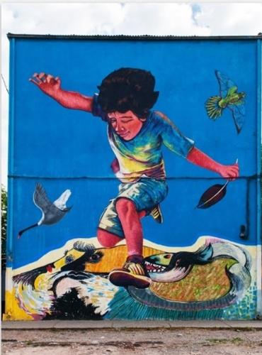 Grafite feito pelo artista Kata Nuñez é exposta no museu a céu aberto em San Miguel, em Santiago (Chile)