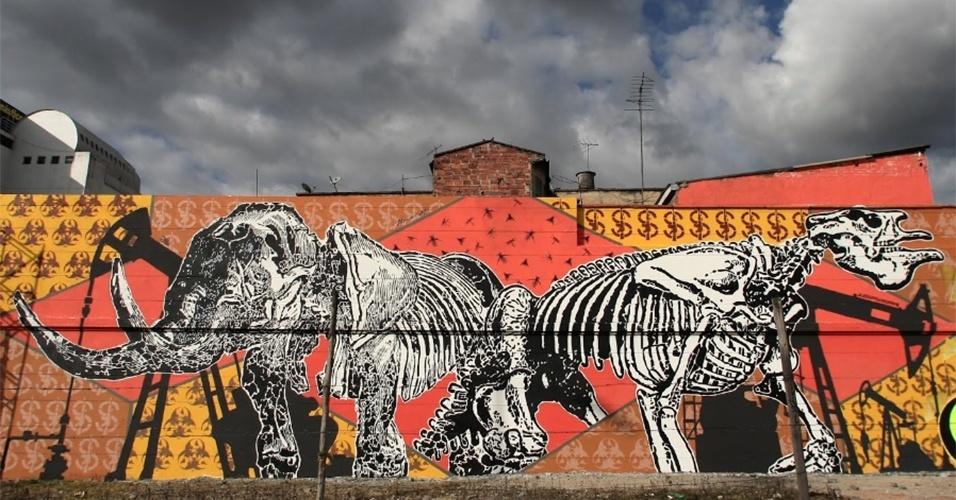 "Obra chamada ""Combustible Fósil"" (Combustível fóssil), feita pelo artista DjLU, é exposta em Bogotá (Colômbia)"