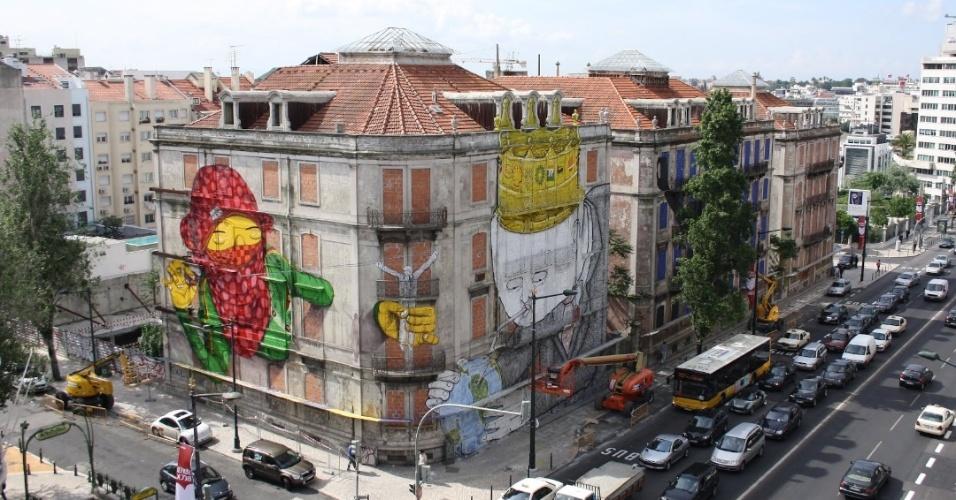 Obra dos grafiteiros brasileiros OsGêmeos em um prédio de Lisboa (Portugal)