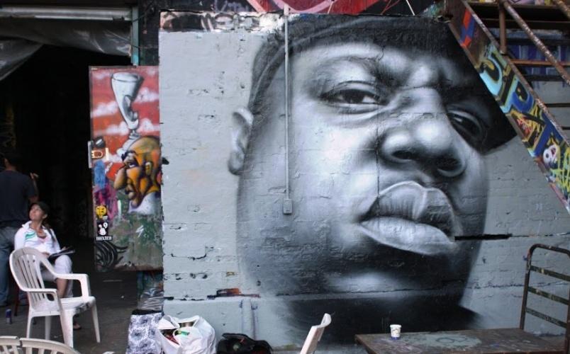 Retrato do rapper Notorious B.I.G. feito pelo artista neozeonlandês Owen Dippie. O grafite está exposto no 5 Pointz, região de Nova York (Estados Unidos) conhecida por ser uma galeria de arte de rua a céu aberto