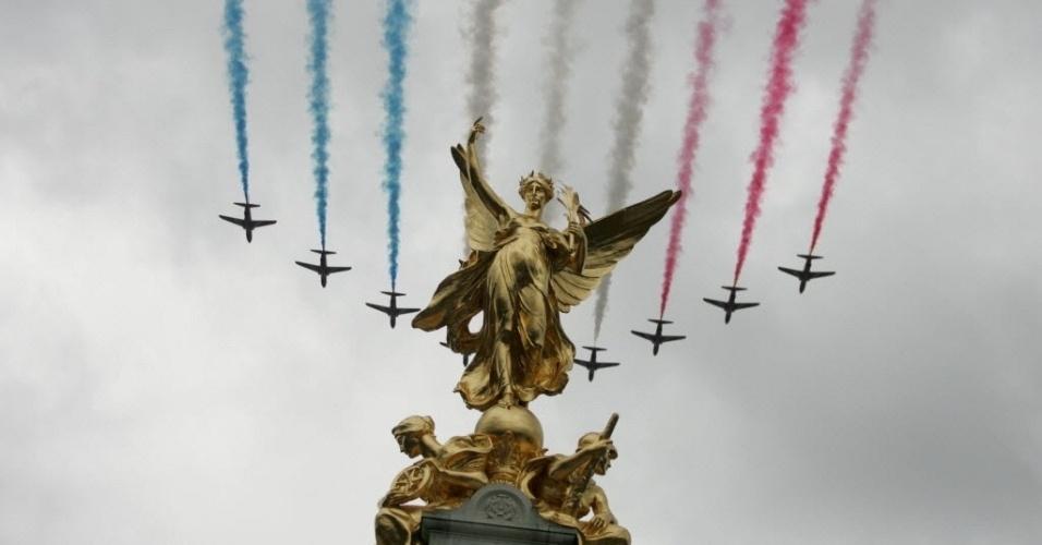 14.jun.2014 - Aviões da Força Aérea Real do Reino Unido soltam fumaça colorida sobre o Palácio de Buckingham, sede da monarquia britânica, em Londres. Espetáculo faz parte das comemorações do aniversário de 88 anos da rainha Elisabeth 2ª, neste sábado (14)
