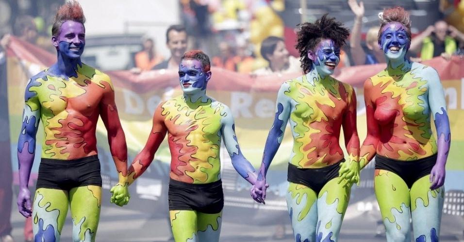14.jun.2014 - Grupo desfila seminu com corpos pintados durante a Parada do Arco-Íris, em Viena (Aústria), neste sábado (14). Desfile é organizado por grupos favoráveis aos direitos de gays, lésbicas e transsexuais