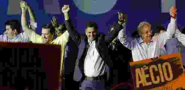 O pré-candidato à Presidência pelo PSDB Aécio Neves cumprimenta o público ao lado do ex-presidente da República Fernando Henrique Cardoso durante convenção do partido em São Paulo - Nelson Antoine/Fotoarena/Estadão Conteúdo