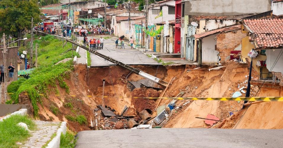 15.jun.2014 - Uma cratera se abriu na rua Guanabara, no bairro de Mãe Luzia, em Natal, neste domingo (15). Casas no entorno do buraco correm o risco de desabarem