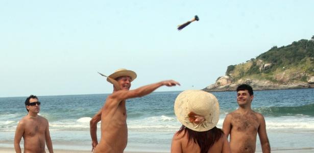 Frequentadores da praia de Abricó, na zona oeste do Rio de Janeiro, jogam peteca