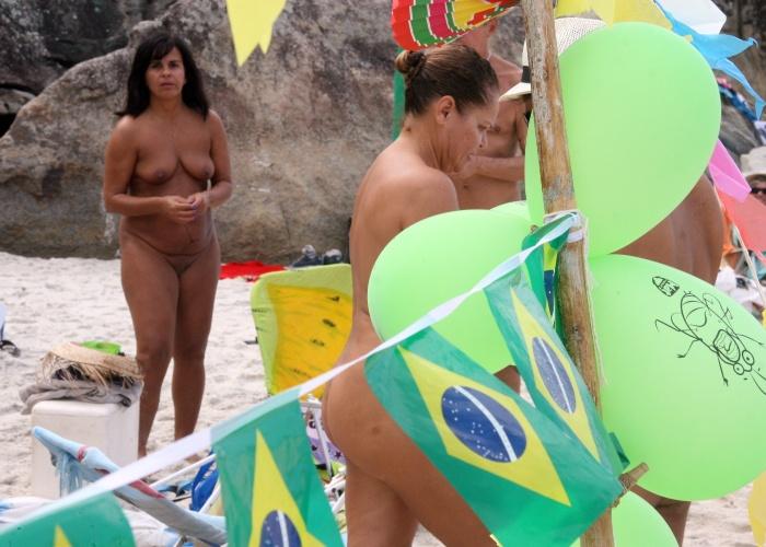 15.jun.2014 - Um dos diferenciais da praia de Abricó, na zona oeste do Rio de Janeiro, está no fato de permitir a entrada de homens e mulheres solteiros e não apenas casados, como acontece em outras praias de naturismo do Brasil