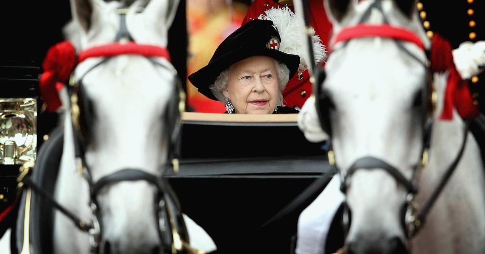 16.jun.2014 - A rainha britânica Elizabeth viaja de carruagem após a Ordem anual do Serviço Jarreteira na Capela de St George no Castelo de Windsor, em Windsor, na Inglaterra