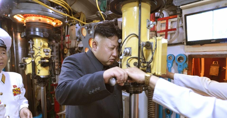 16.jun.2014 - Em foto divulgada nesta segunda-feira, o ditador norte-coreano Kim Jong-un inspeciona o submarino militar da Coreia do Norte em data e local não identificados