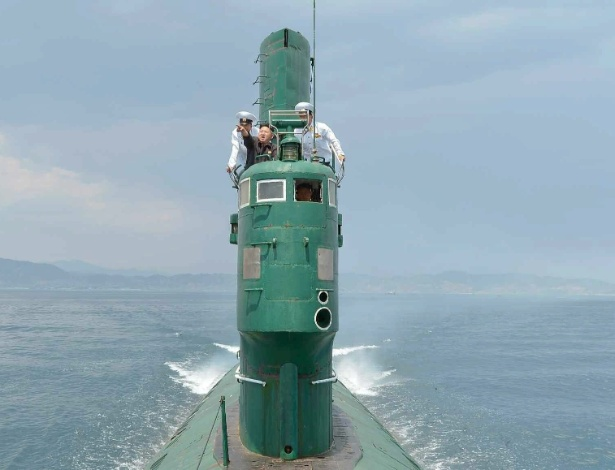 16.jun.2014 - Em foto divulgada nesta segunda-feira, o ditador norte-coreano Kim Jong-un inspeciona um submarino militar da Coreia do Norte em data e local não identificados