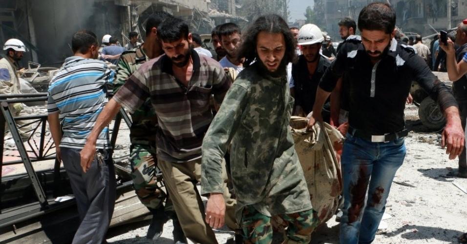 16.jun.2014 - Homens retiram corpo de escombros após bombardeio efetuado por helicópteros das forças oficiais sírias no bairro de Sukkari, em Aleppo. O local é controlado por rebeldes. Ao menos 20 pessoas morreram no ataque, incluindo algumas crianças, segundo o Observatório Sírio de Direitos Humanos