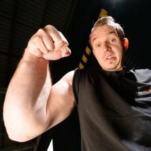 O alemão Matthias Schlitte, 27, nasceu com o braço direito descomunalmente forte