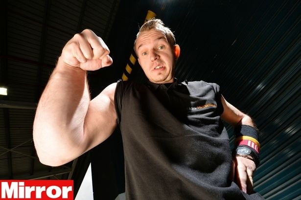 O alemão Matthias Schlitte, 27, nasceu com o braço direito descomunalmente forte e o esquerdo, ''fraquinho''
