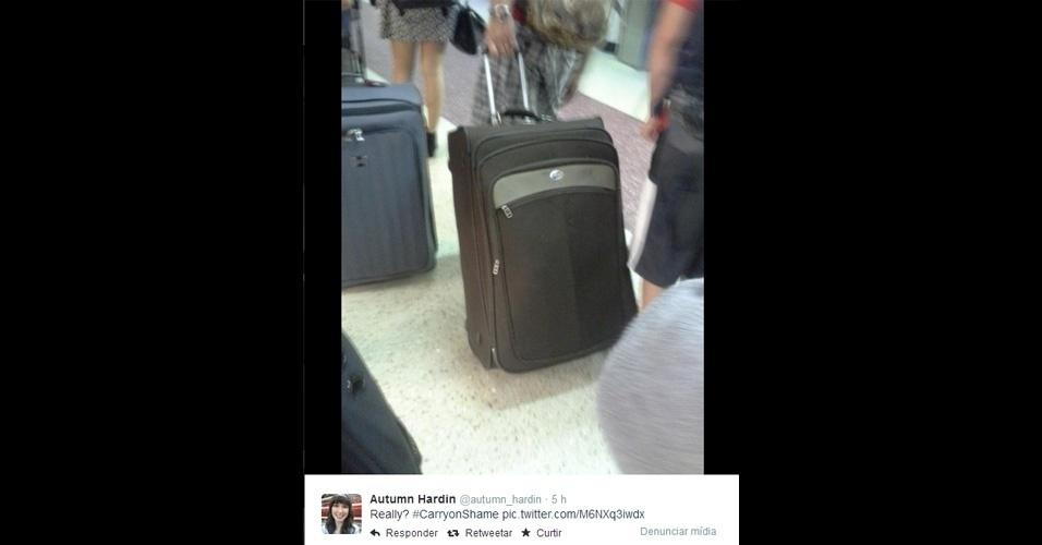 Spuld Hilton, norte-americano que escreve sobre viagens, iniciou em seu blog (http://zip.net/bpnJQq) uma campanha para expor nas redes sociais aqueles que exageram na mala de mão (''um acessório no qual daria para contrabandear um pônei'', descreve). Os adeptos devem publicar fotos desses flagrantes e a hashtag carryonshame (algo como ''mala de mão da vergonha'')