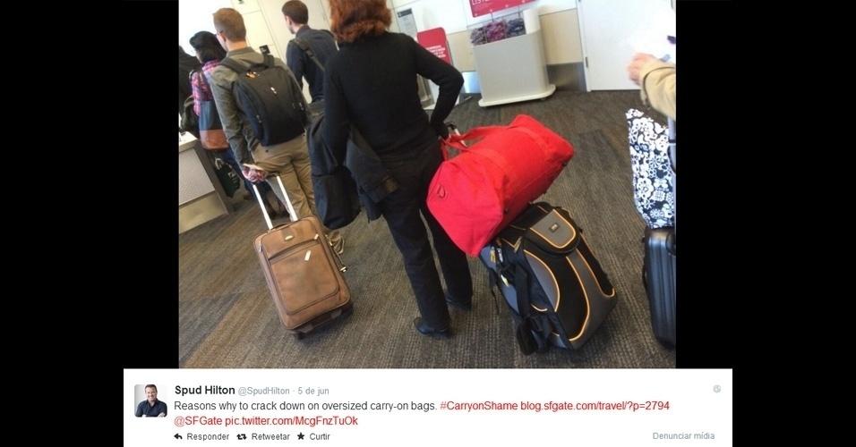 Uma campanha nas redes sociais vem ganhando força ao expor aqueles que exageram no tamanho da mala de mão (o limite desse item, que o passageiro transporta com ele dentro da cabine do avião, depende da companhia aérea e roteiro). A iniciativa foi criada por Spuld Hilton, norte-americano que escreve sobre viagens, e ganhou adeptos que aderiram à hashtag carryonshame (algo como ''mala de mão da vergonha'')