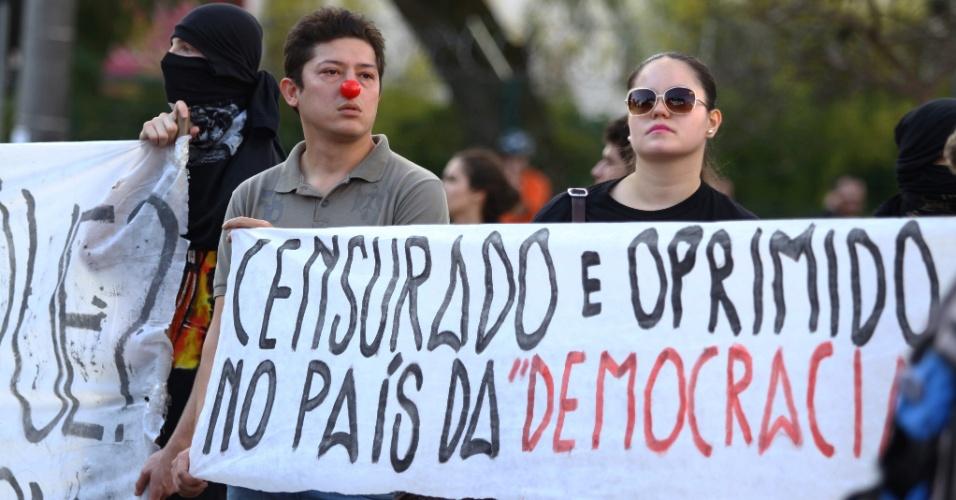 16.jun.2014 - Manifestantes carregam cartazes durante protesto contra a Copa do Mundo, nesta segunda-feira (16), próximo da Arena Curitiba (PR)