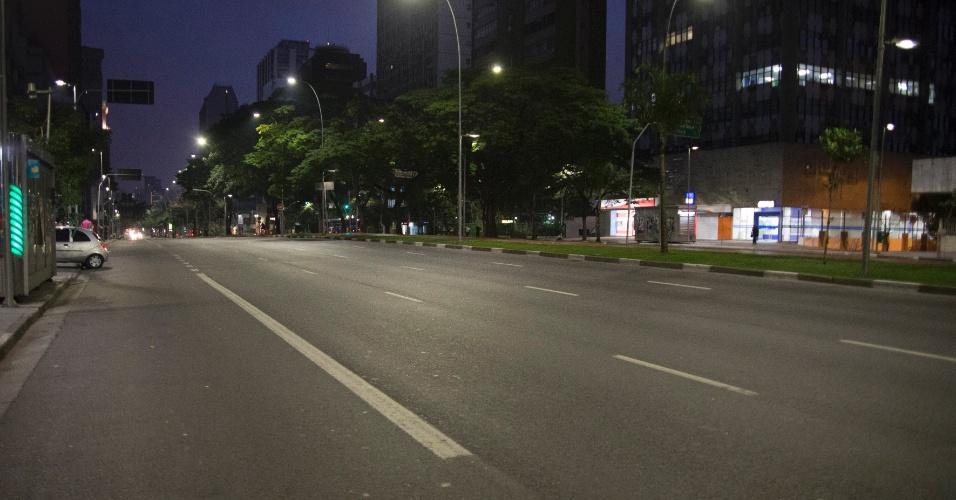 17.jun.2014 - A avenida Brigadeiro Faria Lima, na esquina com a avenida Rebouças, no bairro de Jardim Paulistano, na zona oeste de São Paulo, ficou vazia por volta das 18h, quando o trânsito costuma ser caótico, por causa da partida entre Brasil e México na Copa do Mundo