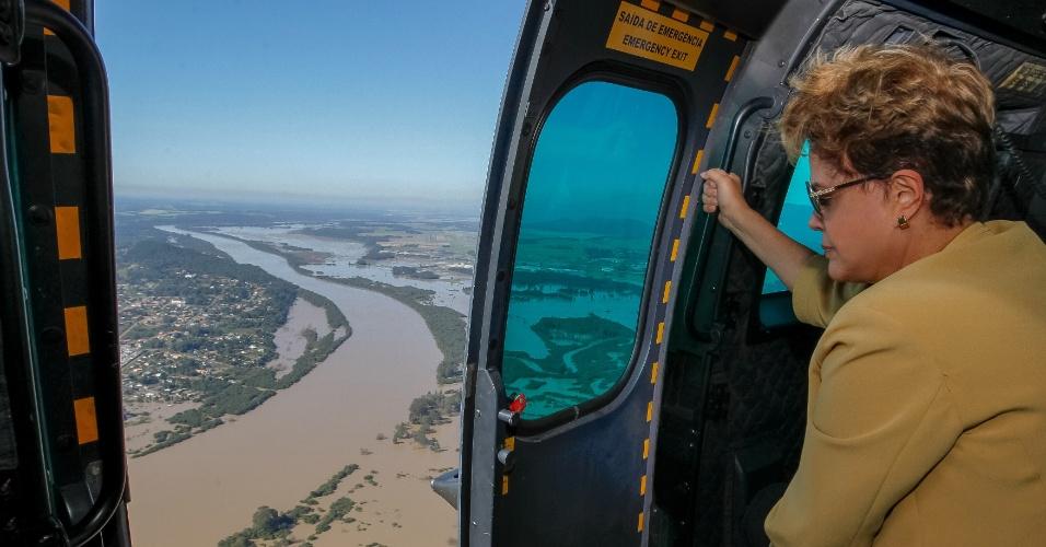 17.jun.2014 - A presidente Dilma Rousseff sobrevoou no início da tarde desta terça-feira áreas atingidas por enchentes no Paraná. De acordo com informações publicadas no Twitter do Blog do Planalto, após o voo, Dilma seguiu para a Câmara Municipal de União da Vitória (PR), onde participou de reunião de trabalho