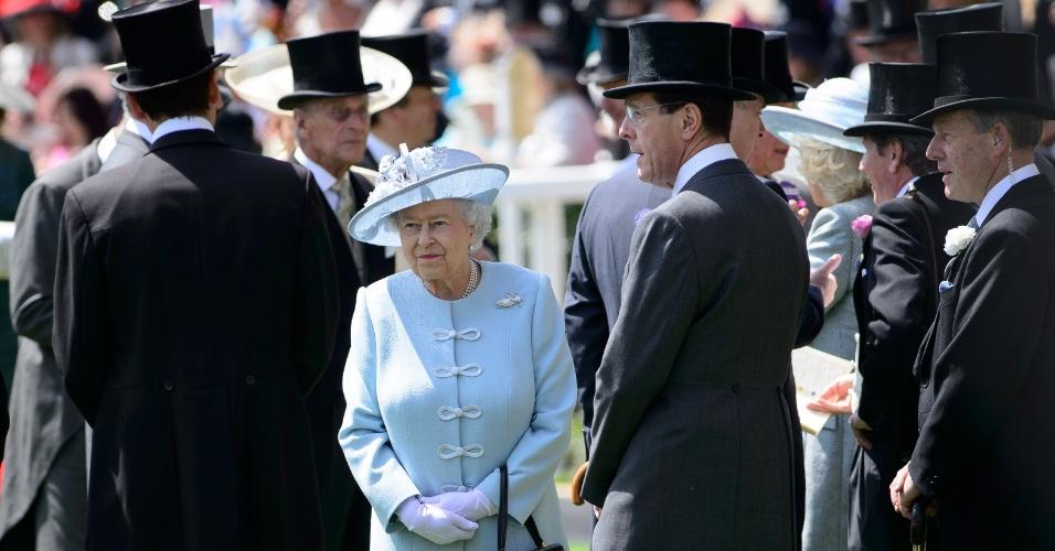 17.jun.2014 - A rainha britânica Elizabeth 2ª caminha entre convidados no primeiro dia da competição equestre Royal Ascot, em Berkshire, no leste de Londres, nesta terça-feira (17). Corridas de cavalo são realizadas no local desde 1711. A rainha costuma prestigiar a prova chegando em um cortejo de carruagens