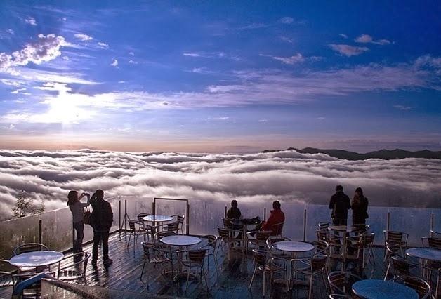 17.jun.2014 - O super resort Hoshino Resorts Tomamu, localizado no distrito de Yufutsu, no Japão, é famoso por suas atividades na neve, como o esqui. Mas quem chama atenção mesmo é um terraço construído a aproximadamente 1.088 metros acima do nível do mar, que possui acesso através de um teleférico, num trajeto de 13 minutos. Hóspedes e visitantes ficam acima de camadas de nuvens, tendo como vista um