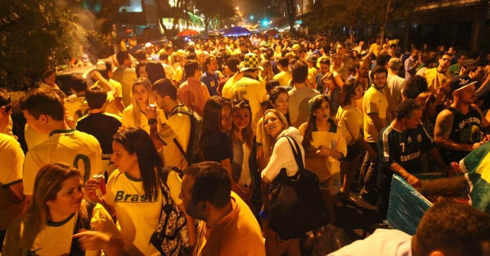 17.jun.2014 - Torcedores lotam bares na rua Aspicuelta, na Vila Madalena, zona oeste de São Paulo, após jogo do Brasil e México, da Copa do Mundo