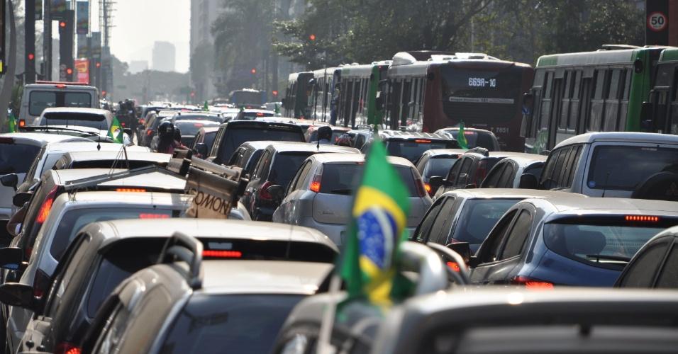 17.jun.2014 - Trânsito intenso na avenida Paulista, na região central de São Paulo, na tarde desta terça-feira (17), minutos antes da partida entre o Brasil e o México da Copa do Mundo da Fifa 2014, que acontece em Fortaleza