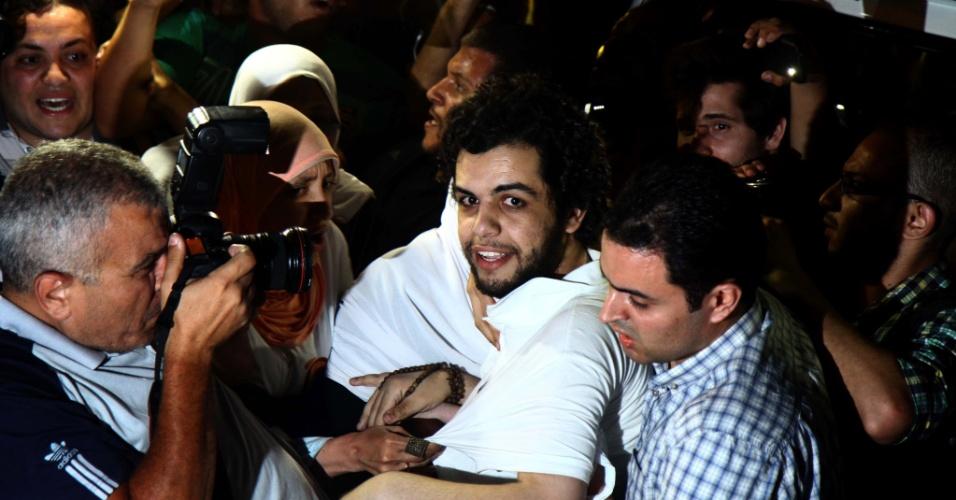 17.jun.2014 - Um repórter da rede de televisão Al-Jazeera, Abdullah al-Shami, e carregado por outros representantes dos meios de comunicação após ser liberado de uma delegacia no Cairo, Egito, nesta terça-feira (17). Abdullah al-Shami foi preso em agosto de 2013, quando cobria a repressão policial durante protestos dos apoiadores do ex-presidente deposto Mohammed Mursi