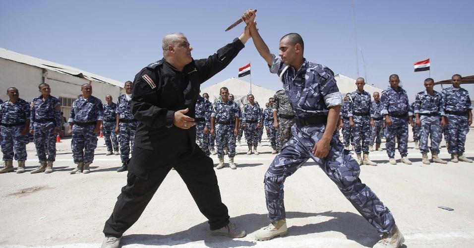 17.jun.2014 - Voluntários, recém-recrutados pelo Exército iraquiano, participam de uma sessão de treinamento na cidade xiita de Karbala. O primeiro-ministro Nuri al-Maliki anunciou no dia 15 de junho que o governo do Iraque irá armar e equipar os civis que se voluntariarem para lutar contra os militantes do grupo jihadista Exército Islâmico do Iraque e do Levante (EIIL)