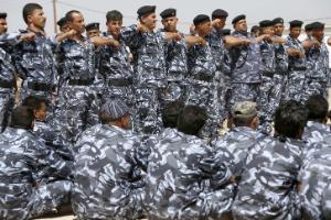 Voluntários, recém-recrutados pelo Exército iraquiano, participam de uma sessão de treinamento na cidade xiita de Karbala