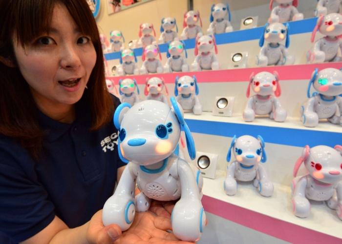 A fabricante Sega Toys levou à feira em Tóquio o cachorro robótico Poochi, que pode conversar quando associado ao videogame portátil Nintendo 3DS