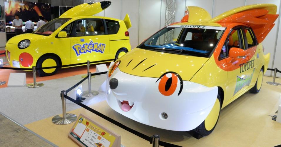Carro com visual de Pikachu (esq) e Fennekin, personagens de ''Pokémon'', é exibido na feira de brinquedos Tokyo Toy Show. Segundo o ''Gizmodo'', os automóveis são da marca Toyota. Não há previsão de comercialização dos carros temáticos