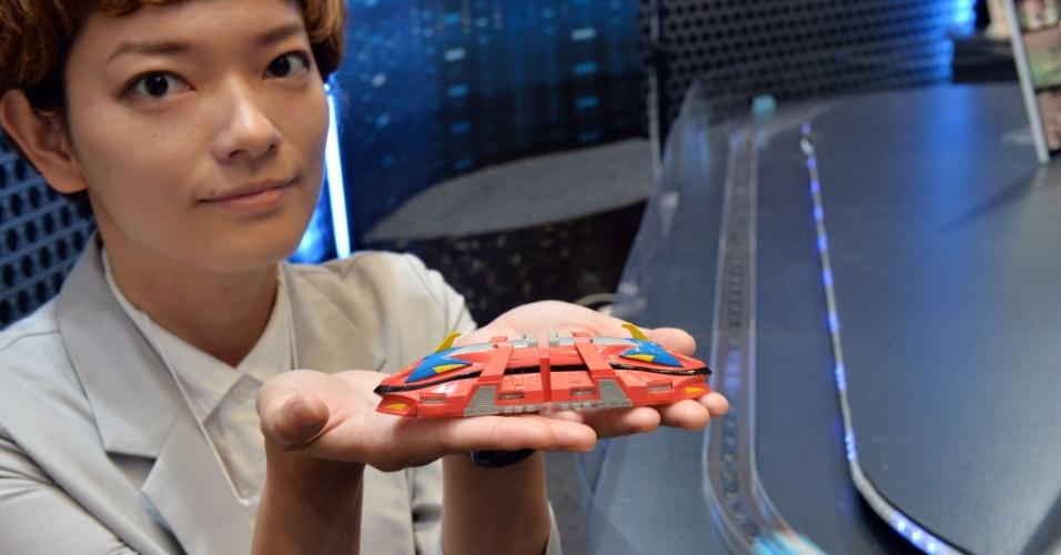 Funcionário da empresa japonesa Tomy mostra o protótipo de um brinquedo que imita um trem-bala. Não há informações sobre data de lançamento da novidade