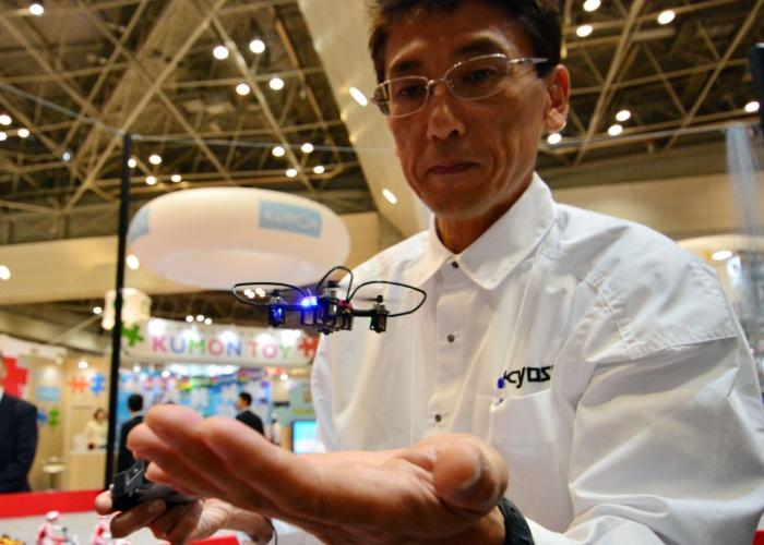 Funcionário da empresa Kyosho mostra minidrone chamado Quatrox. A página oficial da empresa não divulga informações sobre preço ou disponibilidade do produto