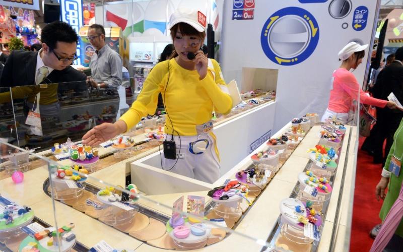 Realizada no Japão, a feira de brinquedos Tokyo Toy Show exibe diversas novidades na área. Acima, diversos brinquedos são exibidos em uma esteira - em um sistema parecido com aquele adotado por restaurantes de sushi. A edição 2014 foi realizada na segunda semana de junho