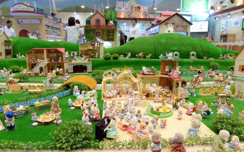 Realizada no Japão, a feira de brinquedos Tokyo Toy Show exibe diversas novidades na área. Entre os destaques na edição 2014 do evento, realizado na segunda semana de junho, estão drones para crianças, robôs e até um carro do Pikachu. Segundo a agência ''Xinhua'', cerca de 35 mil brinquedos foram expostos no evento. Confira alguns deles a seguir