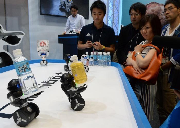 Robô que carrega garrafas é exibido na feira de brinquedos Tokyo Toy Show, realizada na segunda semana de junho, em Tóquio (Japão). Segundo a agência ''Xinhua'', cerca de 35 mil brinquedos foram expostos no evento
