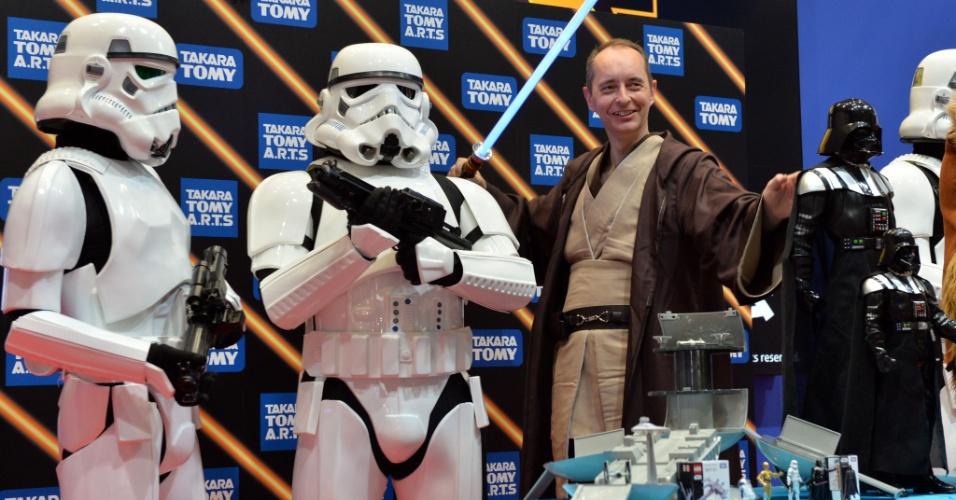 Vestido a caráter, George Meij (dir), diretor da fabricante japonesa Tomy, posa ao lado dos personagens stormtroopers, da série ''Star Wars''