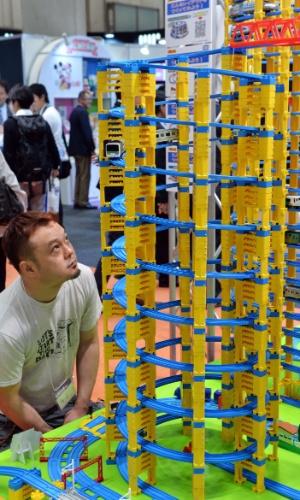 Visitante observa trem da fabricante Tomy na feira de brinquedos Tokyo Toy Show, realizada na segunda semana de junho, em Tóquio (Japão). Segundo a agência ''Xinhua'', cerca de 35 mil brinquedos foram expostos no evento