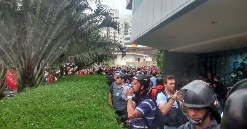 18.jun.2014 - Após bloquearem todas as faixas da avenida Vinte e Três de Maio, uma das mais importantes da zona sul, manifestantes do MTST (Movimento dos Trabalhadores Sem Teto) protestam na tarde desta quarta-feira (18) em frente ao Secovi, o sindicato da habitação, que fica na Vila Clementino, na zona sul de São Paulo. A manifestação foi organizada para exigir a votação do Plano Diretor, que está em discussão na Câmara Municipal