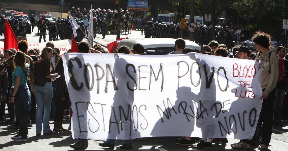 18.jun.2014 - Cercados pela polícia, manifestantes realizam protesto contra a Copa do Mundo na cidade de Porto alegre (RS), nesta quarta-feira (18)