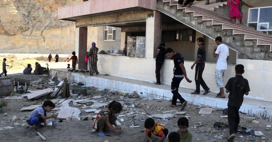 18.jun.2014 - Crianças iraquianas brincam em campo de refugiados próximo da cidade de Mosul, no norte do país, nesta quarta-feira (18). Mais de dois milhões de iraquianos se ofereceram como voluntários para lutar contra os militantes do grupo jihadista Exército Islâmico do Iraque e do Levante (EIIL)